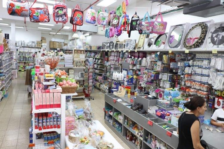 חנות מוצרי חד פעמי וכלים לבית בבת ים (צילום: ציון בלחסן)