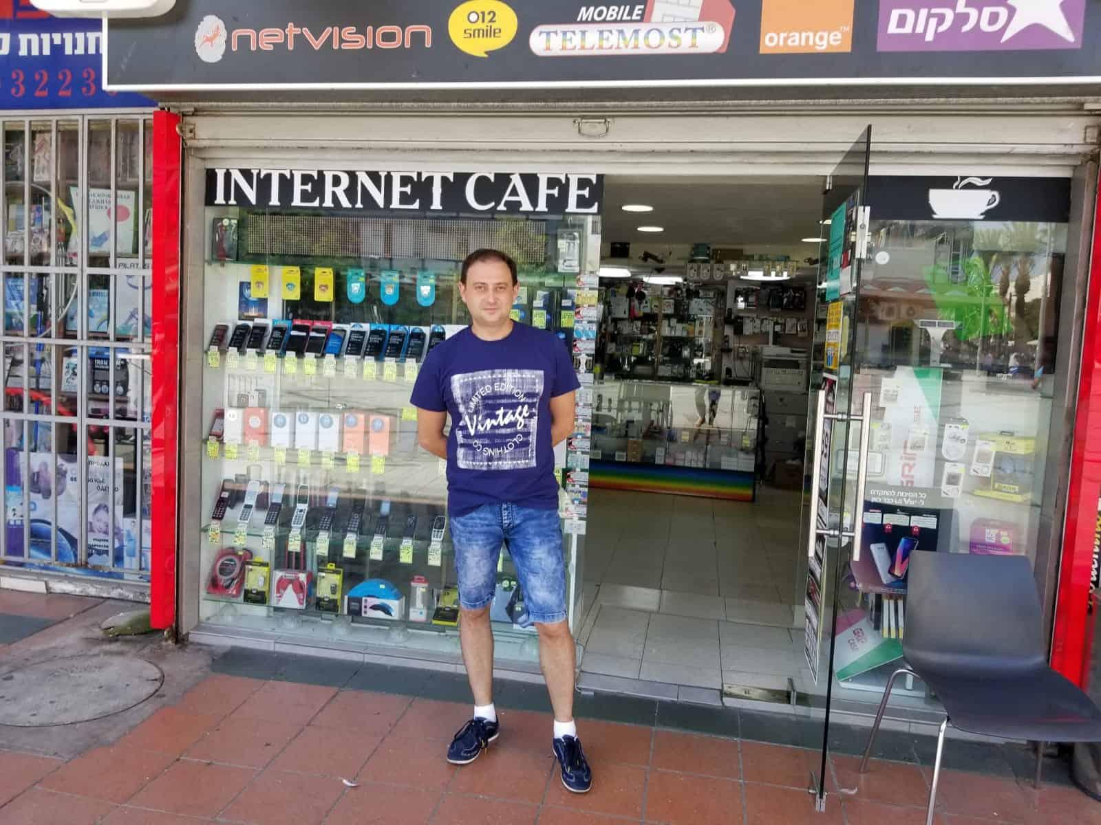 אלכס קרקוביץ בחזית חנותו, צילום: כנרת שמרוני