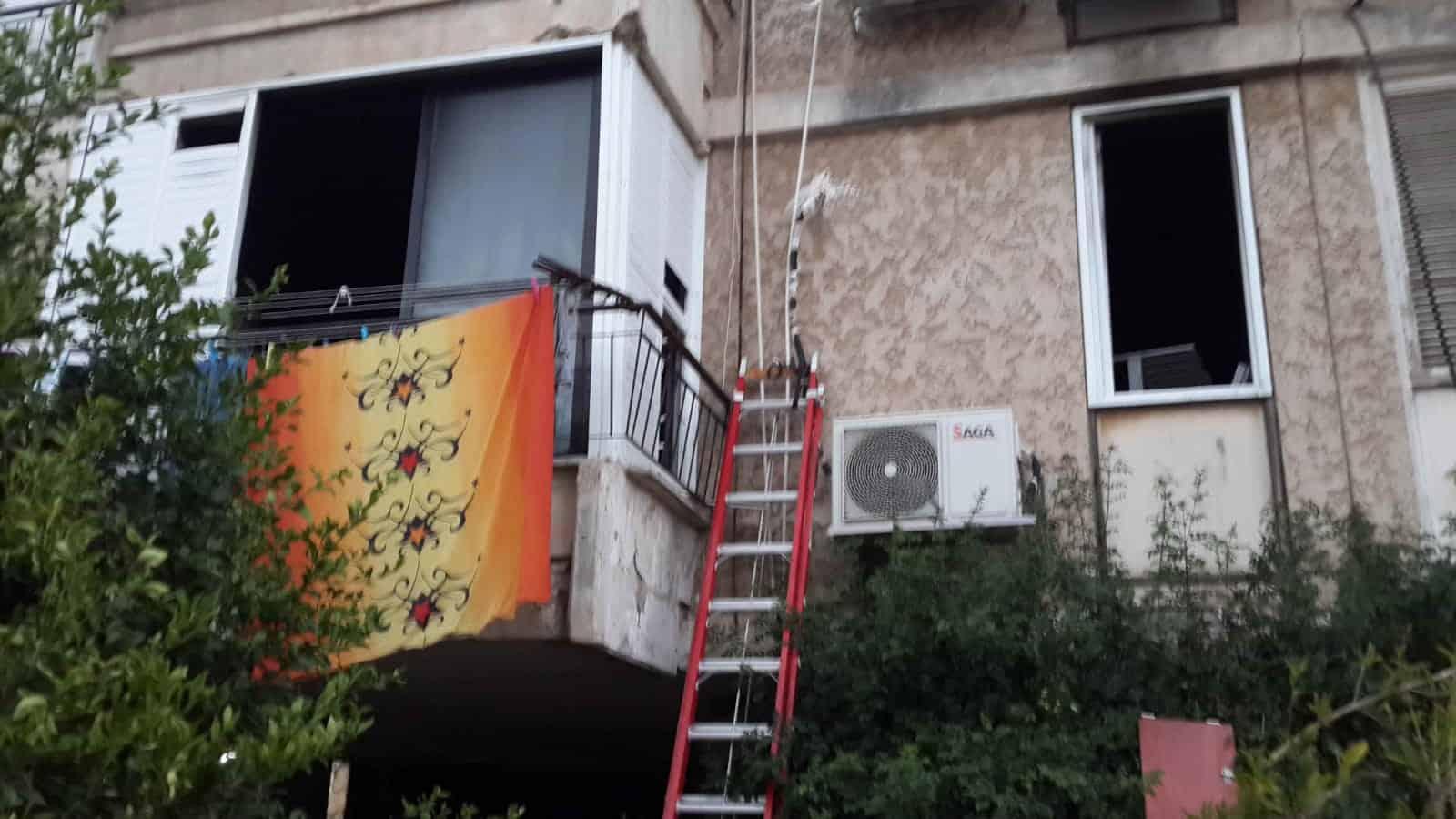 2 לכודים חולצו מהחלון, צילום: באדיבות דוברות לוחמי האש חולון